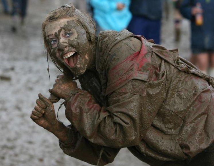 Airių rengiamas festivalis neapseina be tradicinių purvo vonių.
