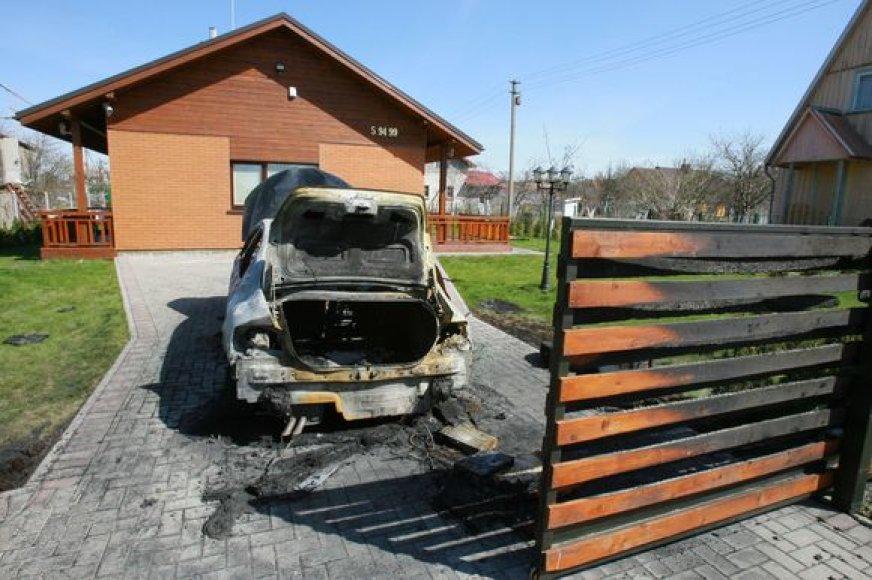 Įsibrovėliai bandė padegė namą bei kieme stovėjusį automobilį.
