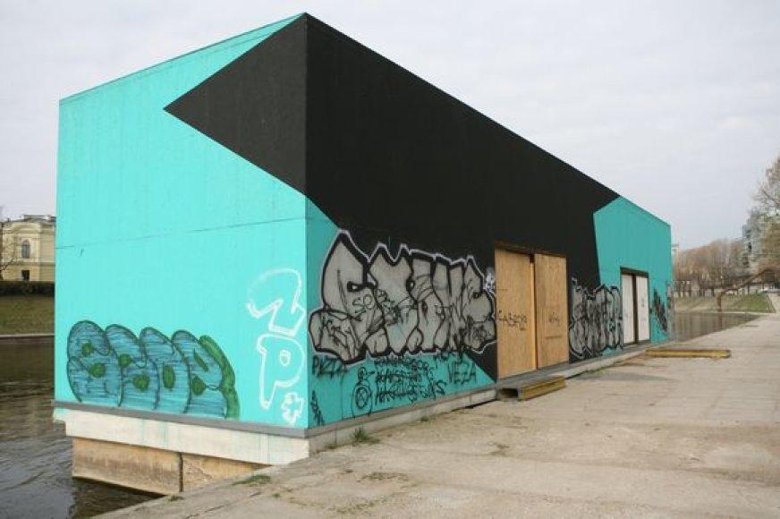"""Grafitų apipaišytą kultūros platformą """"KultFlux"""" šalia Mindaugo tilto ketinama perdažyti arba išmarginti profesionaliu gatvės stiliaus piešiniu, kad """"tepliotojams"""" neliktų vietos reikštis."""