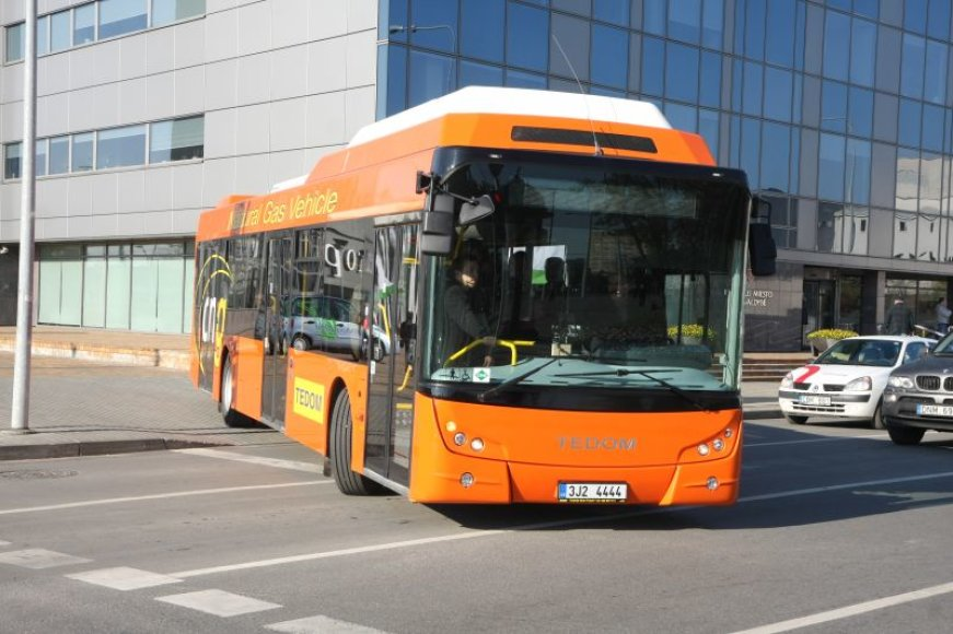 Mieste pradėjus važinėti gamtinėmis dujomis varomiems autobusams manyta, kad jų nuvažiuotas kilometras, lyginant su įprastais autobusais, bus pigesnis 20 ct, tačiau dėl didelio dujų akcizo autobusai pigiau nevažiuoja.