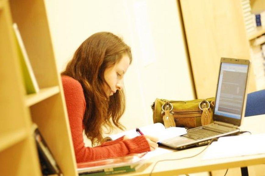 """Geriausi studentai su """"krepšeliu"""" ISM studijuos nemokamai."""