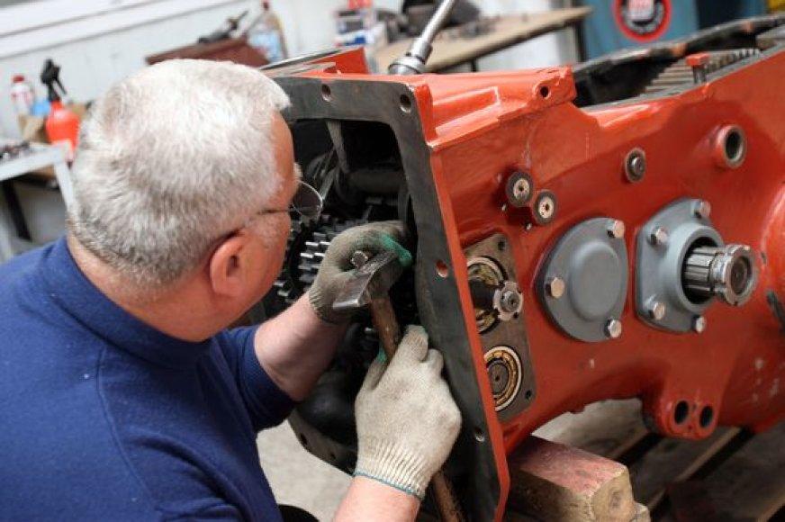 Restauracijos remonto dirbtuvėse kiekvienas specialistas savo darbą atlieka labai atsakingai.
