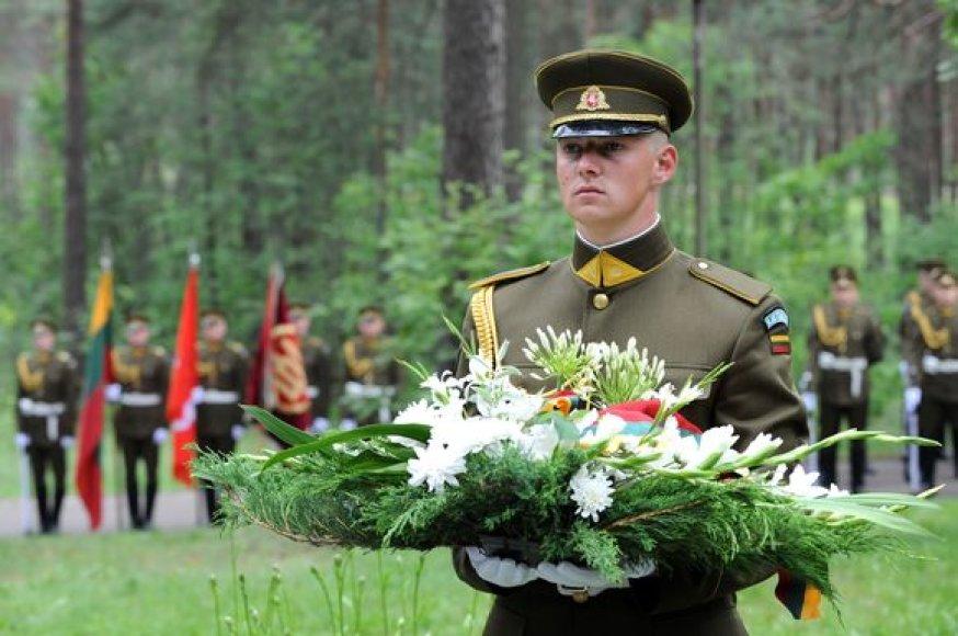 Pirmadienį Aukštuosiuose Paneriuose Vilniuje paminėtos Lietuvos vietinės rinktinės karių savanorių sušaudymo 65-osios metinės.