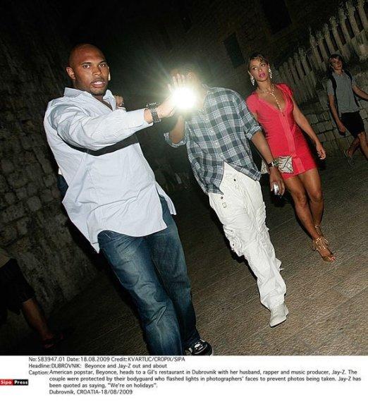 Atlikėja Beyonce su asmens sargybiniu