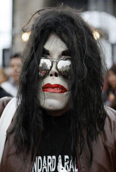 Šimtai poplegendos Michaelo Jacksono gerbėjų šeštadienį visame pasaulyje minėjo atlikėjo 51-ąjį gimtadienį.