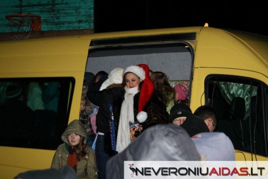 Neveronyse pirmą kartą įžiebta kalėdinė eglė.