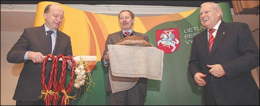 """""""Metų gaminio"""" laureatai atsiėmė medalius, o premjerui A.Kubiliui (kairėje) visų šalies gamintojų vardu įteikta speciali """"antikrizinė"""" dovana."""