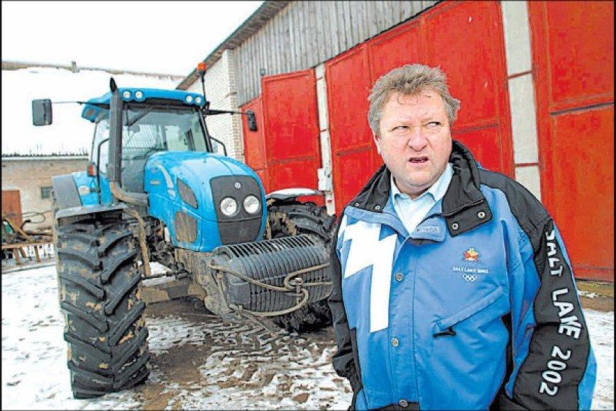 Žemės ūkio ministras K.Starkevičius, pailsėjęs Egipte, darbuojasi savo ūkyje Kauno rajone.