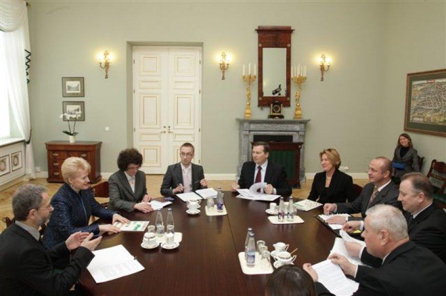 Vietos savivaldos modelius ir tiesioginių merų rinkimų įgyvendinimo galimybes šalies vadovė aptarė su Savivaldybių asociacijos atstovais.