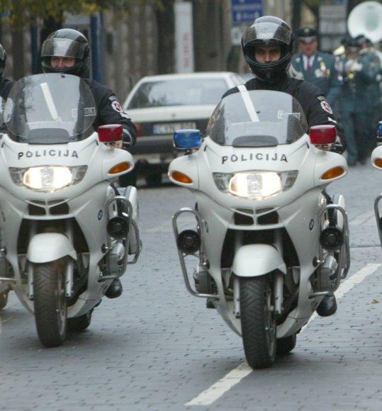 Keliuose pasirodys motociklais patruliuojantys pareigūnai.