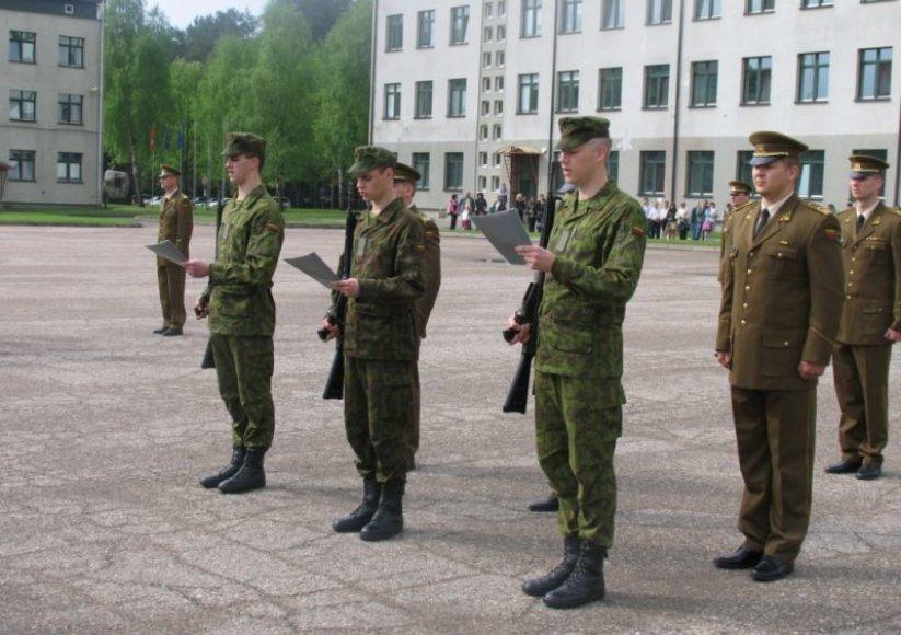 Mokomajame pulke prisiekė 49 Būtinųjų karinių mokymų dalyviai.