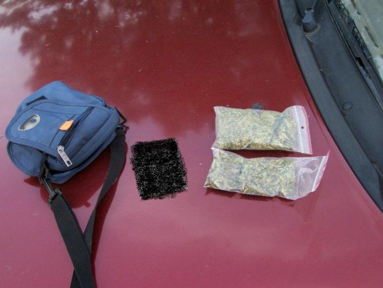 Pakruojo policija rado kontrabandinių rūkalų ir narkotikų.