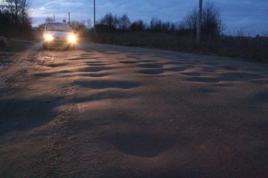 Pašalus greideris į Baniškių gatvę nebeužsuka, todėl gyventojai turi gerokai pasikratyti važiuodami per išmuštas duobes.