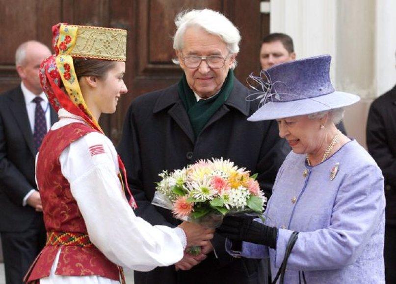 B.Juodka Elizabet II aprodė Vilniaus universitetą.