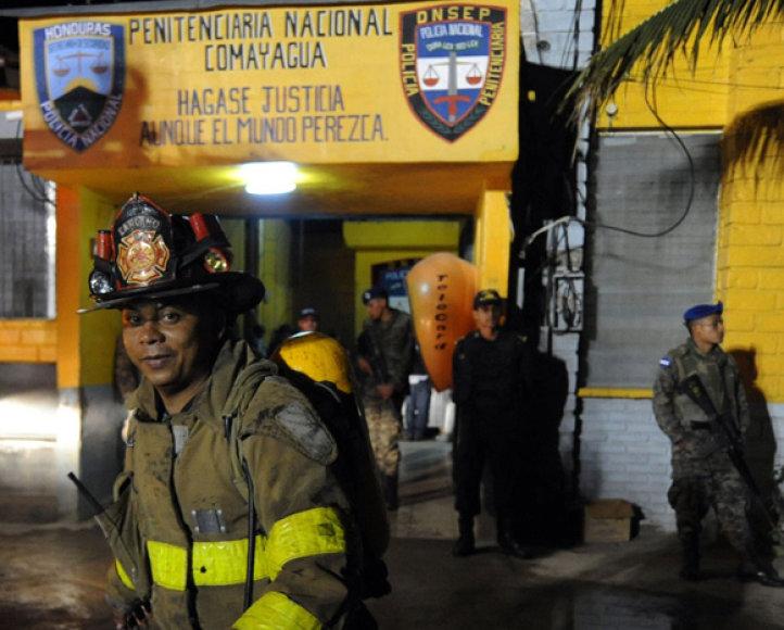 Ugniagesiai prie Hondūro kalėjimo