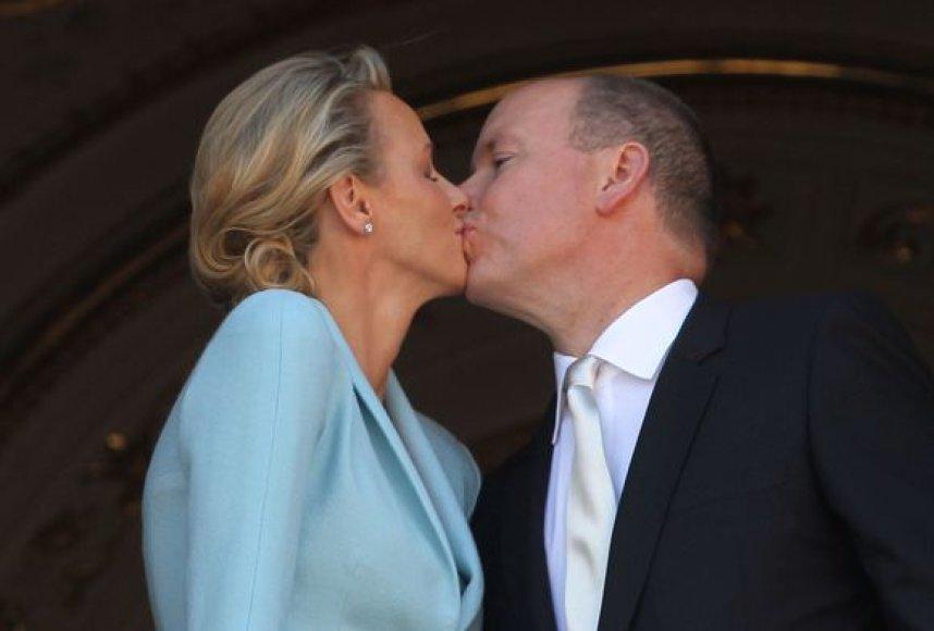 Kunigaikščio Alberto II iu Charlene Wittstock bučinys po civilinės santuokos penktadienį