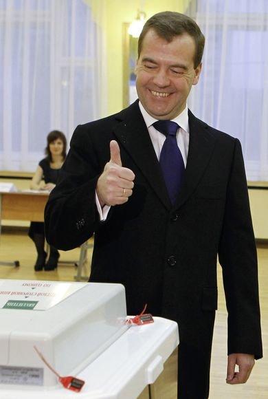 Balsavo Dmitrijus Medvedevas.