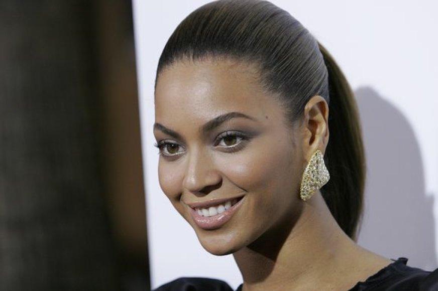 Beyonce – viena iš garsenybių, pamėgusių didelius ir sunkius auskarus.