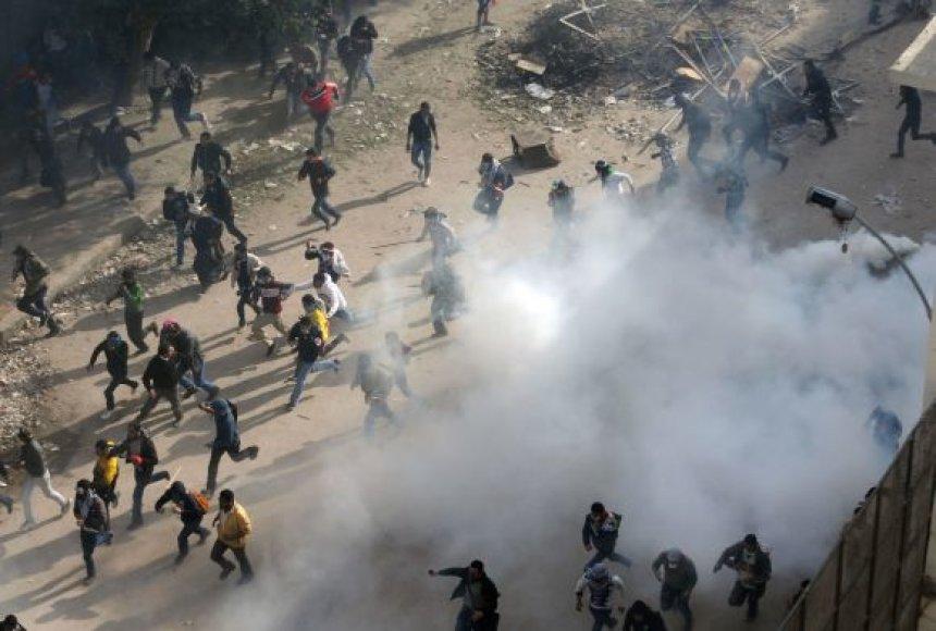 Egipto sostinėje nuo ašarinių dujų mirė du protestavusieji