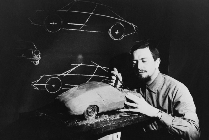 """Ferdinandas Aleksanderis Porsche kuria plastilininį """"Porsche 911"""" modelį. (1968 m.)"""