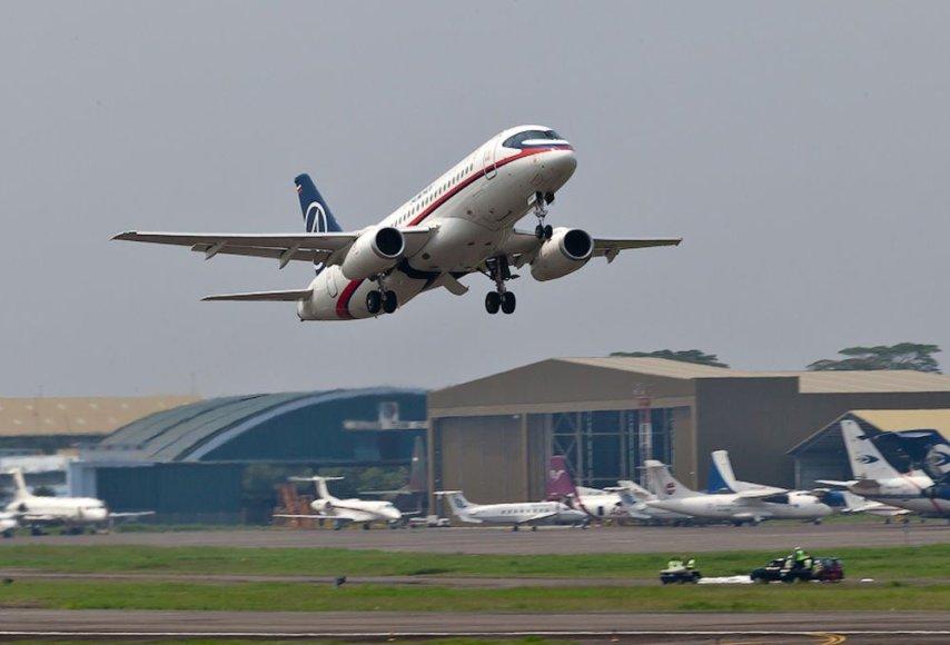 """""""Sukhoi Superjet 100"""" katastrofa sudavė smūgį Rusijos aviacijos pramonei."""