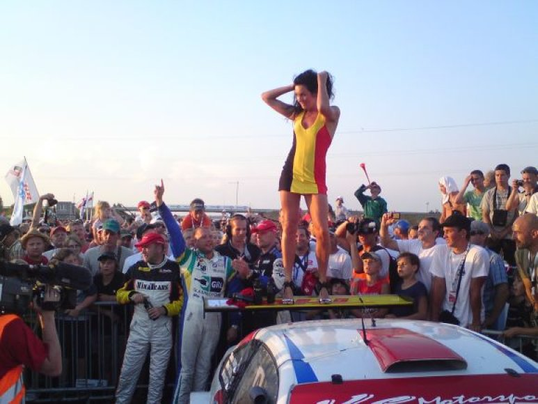 Erikos striptizas ant nugalėtojų automobilio