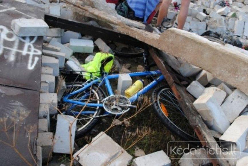 Konstrukcijos užgriuvo 20 dviratininkų