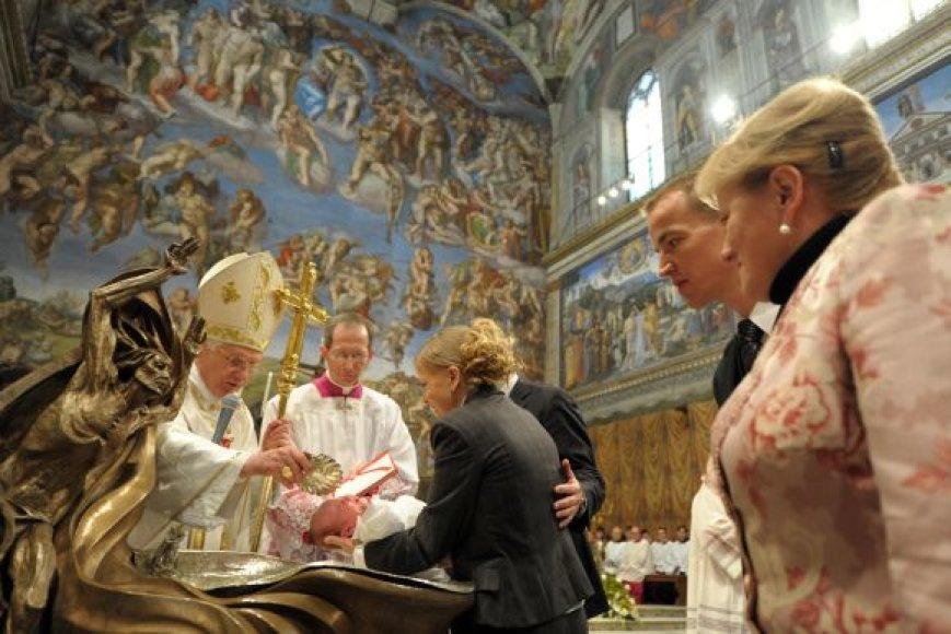 Popiežius Benediktas XVI krikštija kūdikį