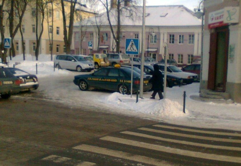Fotopolicija. Taksi automobilis Ukmergėje pėsčiųjų kelyje