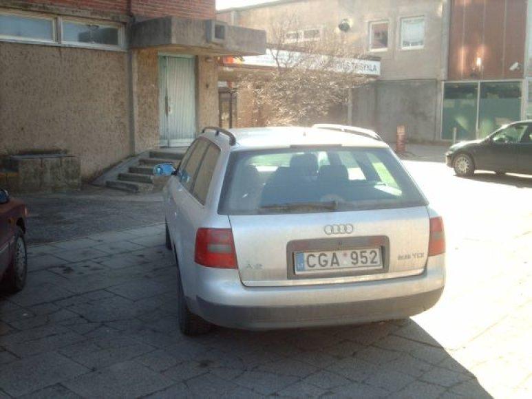 Fotopolicija: automobiliai ant šaligatvio