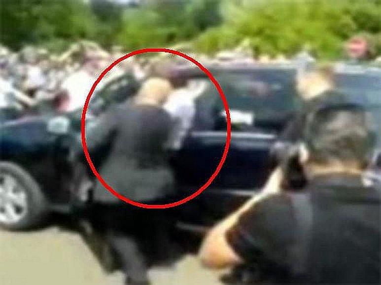 Dmitrijaus Medvedevo visureigis vos nesutraiškė žmonių