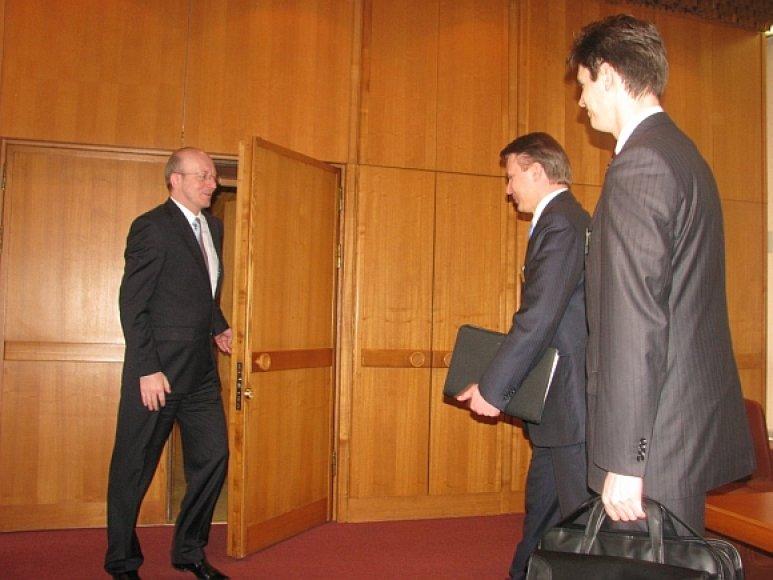 """Seimo pirmininkas Arūnas Valinskas susitiko su """"Leo LT"""" valdybos pirmininku Gintautu Mažeika ir valdybos nariu, finansų direktoriumi Ramūnu Bičiulaičiu."""