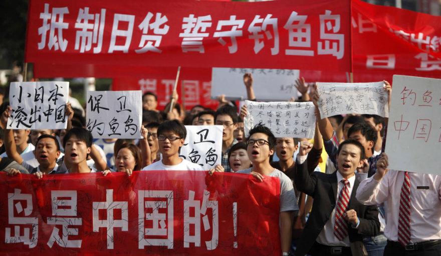 Kinai protestuoja prie Japonijos ambasados.