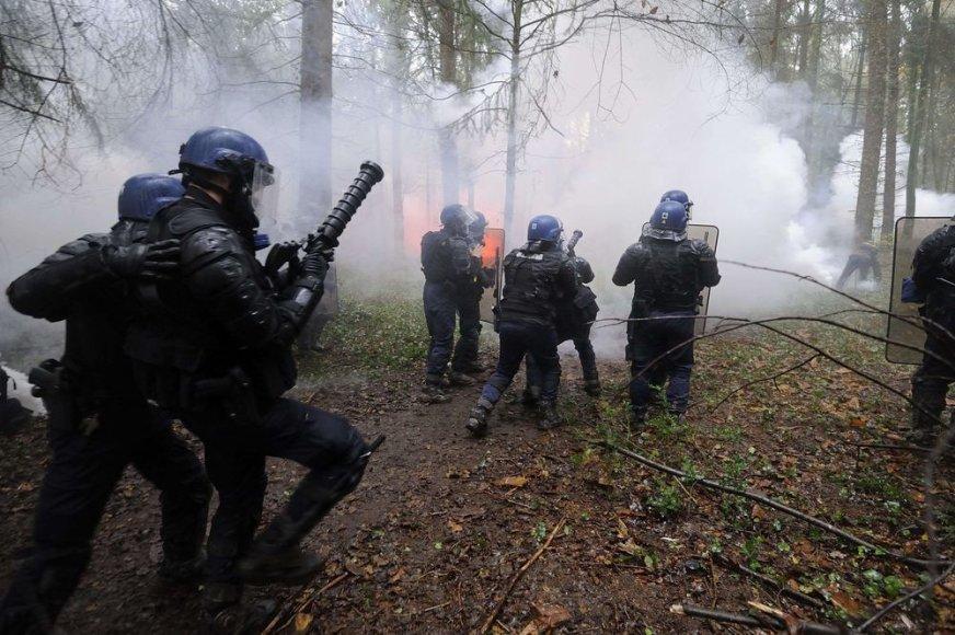 Prancūzijos policininkai atakuoja protestuotojus.