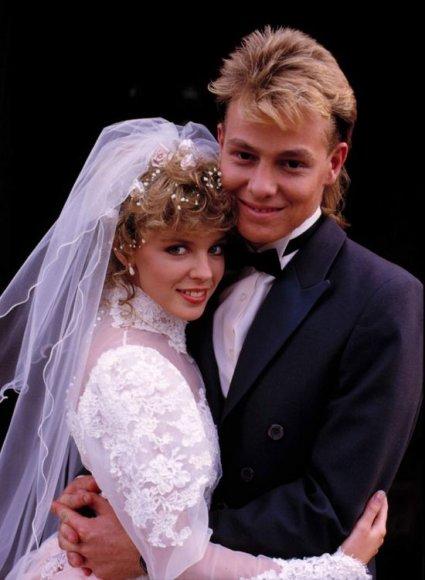 """Kylie Minogue ir Jasonas Donovanas (kadras iš serialo """"Kaimynai"""")"""