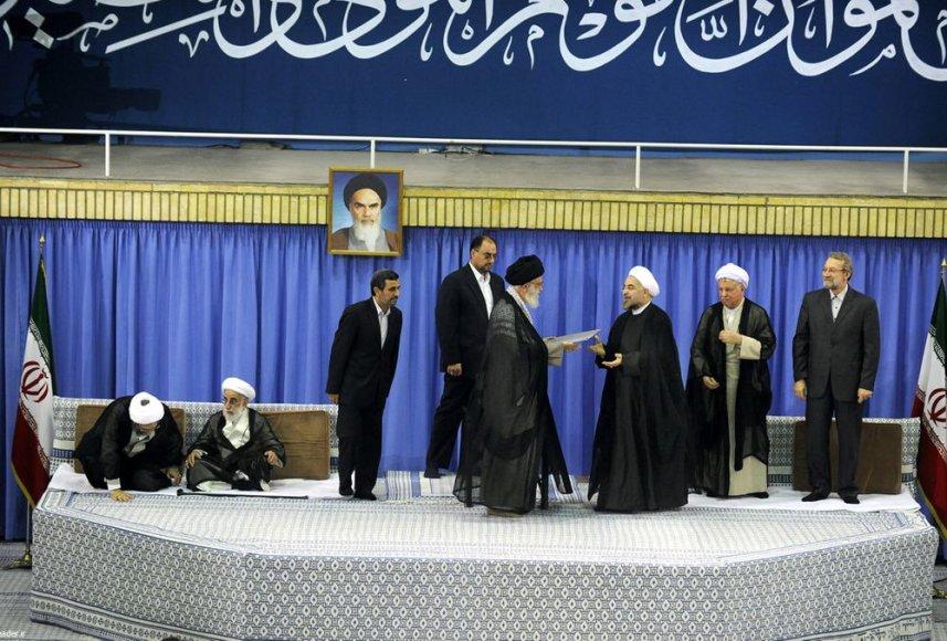 Hassanas Rouhani (trečias iš dešinės) priėmė Irano prezidento įgaliojimus iš aukščiausiojo šalies vadovo ajatolos Ali Khamenei rankų.
