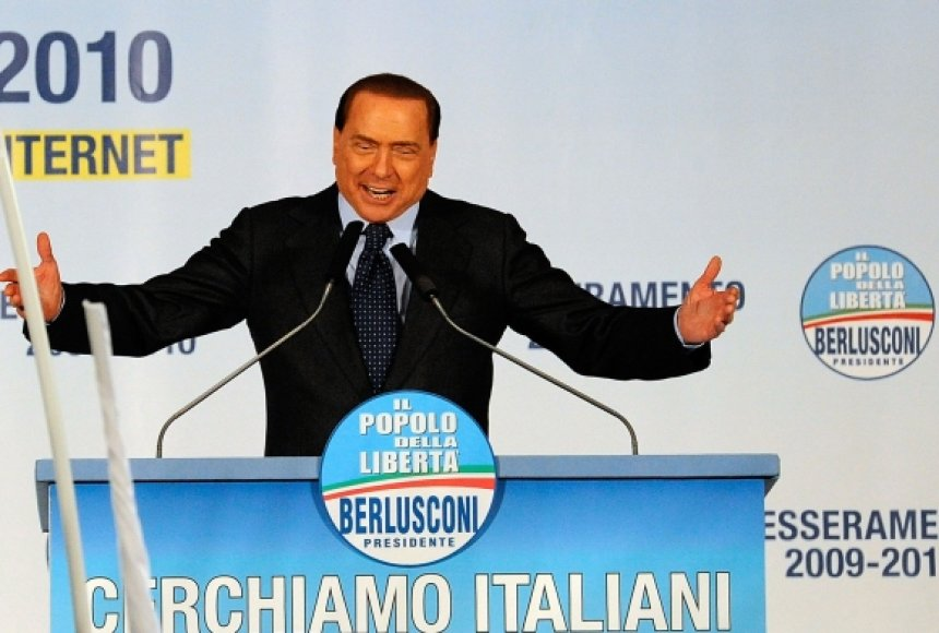 Silvio Berlusconi tribūnoje prieš incidentą sakė kalbą.