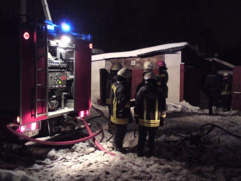 Per gaisrą Rinktinės gatvėje stovinčiame mediniame name du žmonės žuvo ir vienas buvo sužeistas.