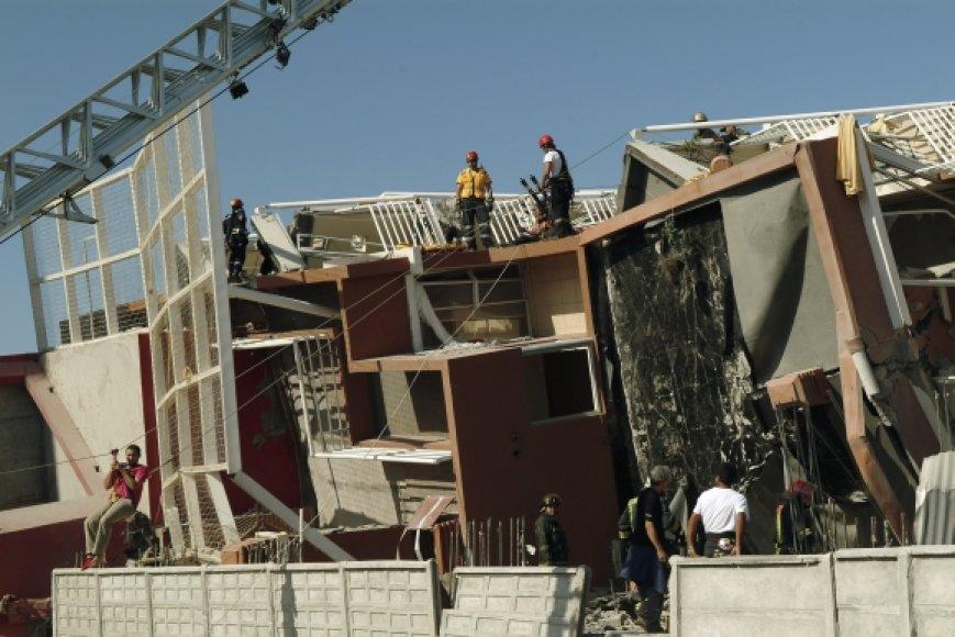 Gelbėtojai apgriautuose Konsepsjono namuose ieško nukentėjusiųjų ir aukų.