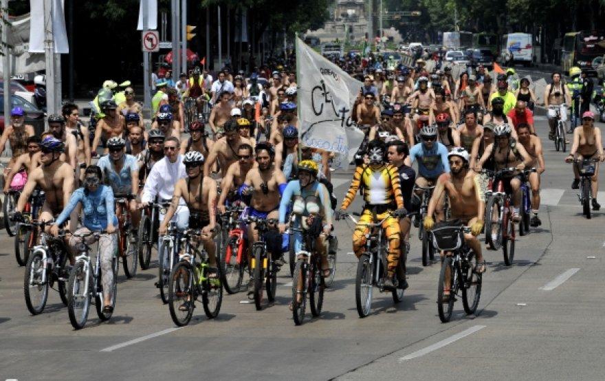 300 nuogų dviratininkų užtvindė Meksiko centrą.