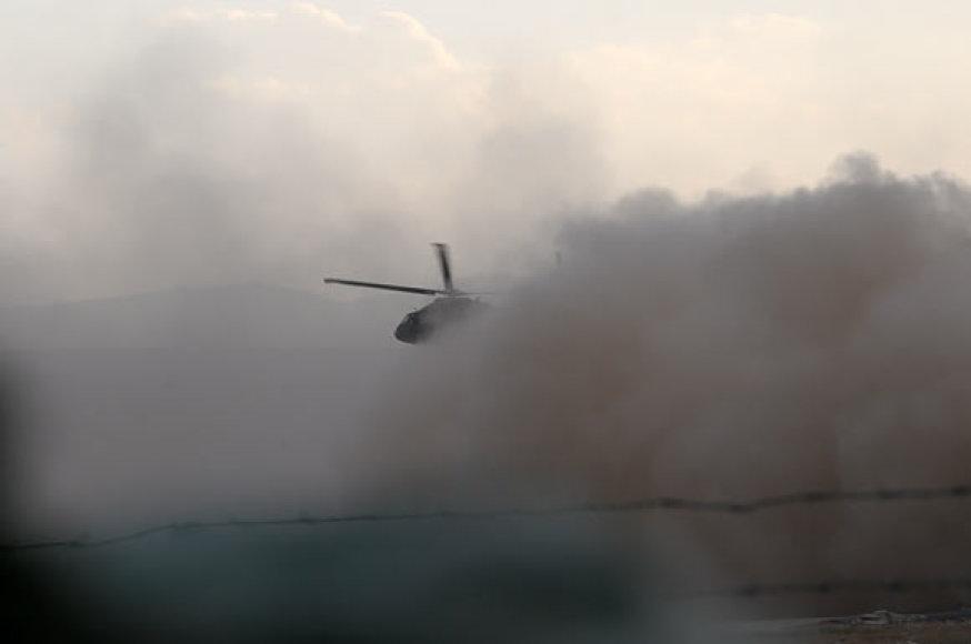 Kylančio sraigtasparnio keliamos dulkės Čagčarano oro uoste