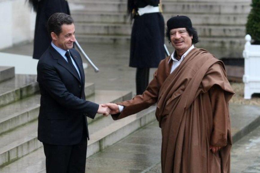 Prancūzijos prezidentas Nicolas Sarkozy ir Muamaras Kadhafi (Paryžius, 2007 m.)