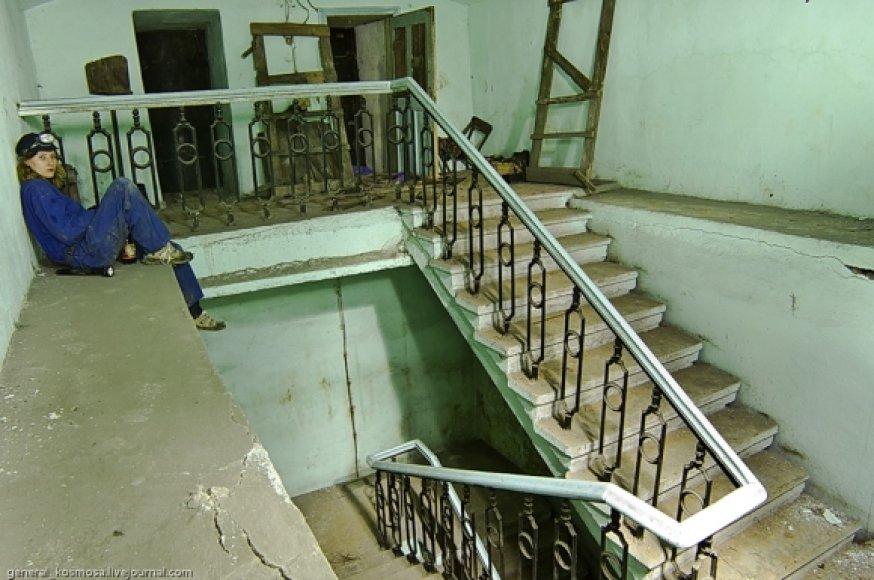 Kai kurios slėptuvės nuo bombardavimų turi išėjimus į gyvenamuosius namus. Žemyn vedantys laiptai baigiasi giliai po žeme.