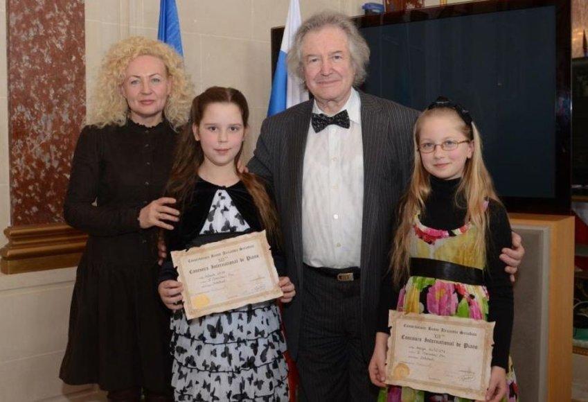 Jaunosios pianistės Vaiva Mitkutė ir Marija Guščiūtė su mokytoja ir komisijos pirmininku