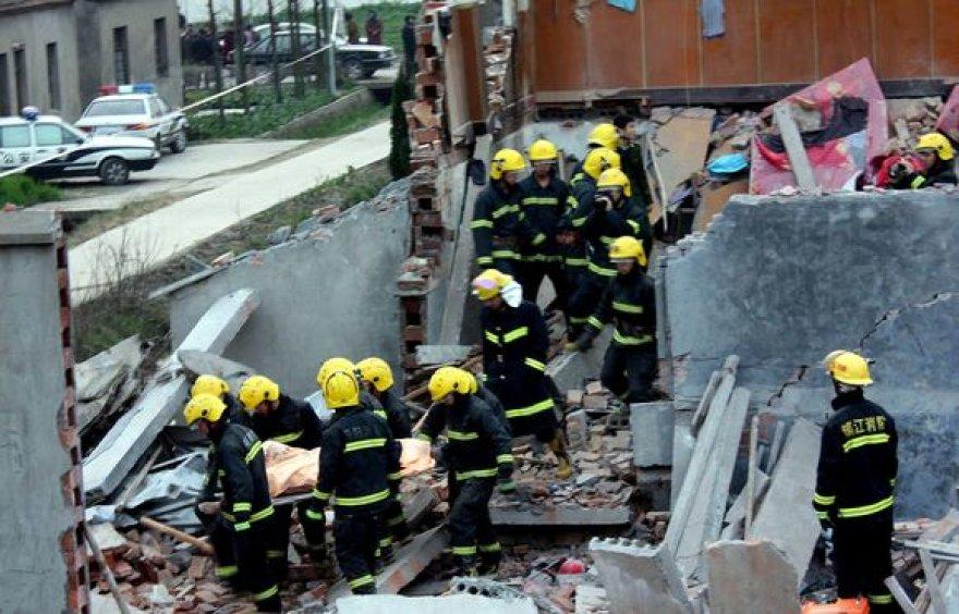 Ugniagesiai dirba įvykio vietoje.