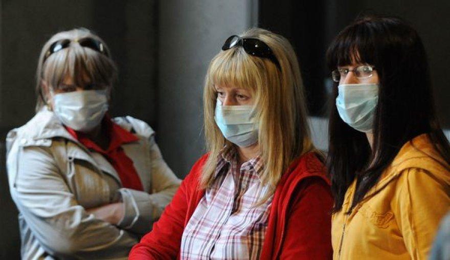 Žmonės saugosi nuo kiaulių gripo.