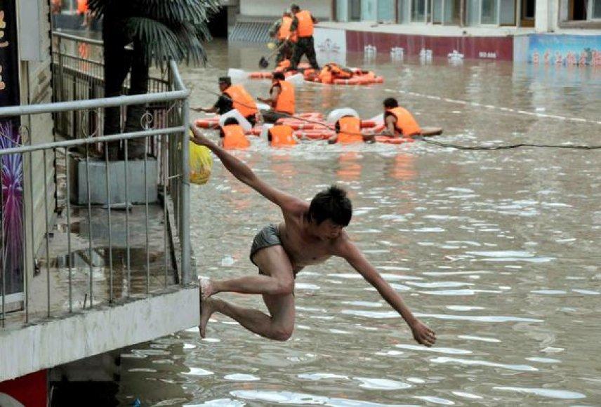 Žemės nuošliaužos ir potvynio padariniai