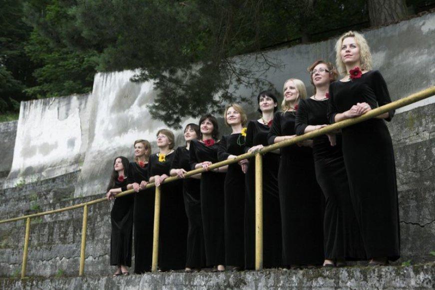 """Vilniaus universiteto choro """"Pro musica"""" merginų grupė kartu su dirigentu Gediminu Gelgotu pristatys koncertinę programą."""