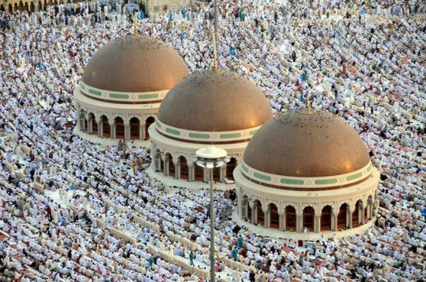 Šimtai tūkstančių musulmonų vakar rytą pasitiko malda Mekoje.