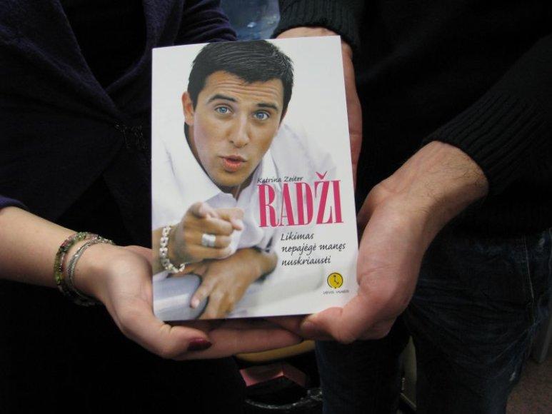"""Knygos """"Radži. Likimas nepajėgė manęs nuskriausti"""" viršelis."""